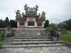 唐人墓 とりあえずレンタカーで川平湾を目指し左回りで行きます。 こちらは、中国人の派手なお墓です。