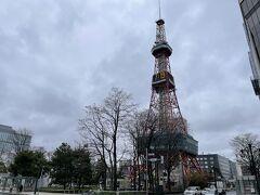 朝8時までに札幌駅に集合するのですが、改めて最寄りの観光場所を歩いてみました。 駅に向かう途中の札幌テレビ塔です。
