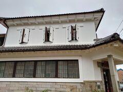 【倉吉白壁土蔵群】  銀行だった建物も、今はレストランに変身(^^)