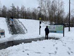 """楽しみにしていた""""青い池""""に到着です。 予想していなかった雪が積もっている光景には感動しまた。"""