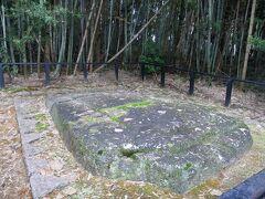 鬼のまな板。 長さ約4m、幅約2m、厚さ約1mの巨大な花こう岩。 この辺りには鬼伝説があって鬼がこの岩をまな板にしていたとか??という話もあるけど実際は古墳の石材だったもの。