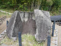 続いてはまな板の近くにある鬼の雪隠。 これも古墳の一部が残っているもの。