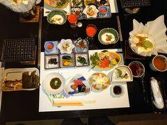 【万翠楼】  朝食の実物です(*´∀`*)  イラストどおりの配置ですね(^^)  最終日の予定は鳥取砂丘を観光して大阪に帰るだけなので、宿の出発時間はゆっくりと…