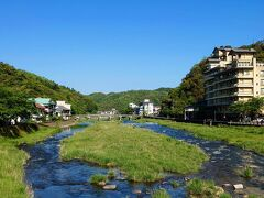 【三徳川】  恋谷橋の中央から下流方向を…  右端の建物は、「依山楼 岩崎」さんですね…