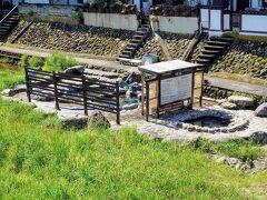 【河原風呂】  三朝橋の横の階段を降りると、三朝温泉のシンボル「河原風呂」が(*´∀`*)  女性が利用するには勇気が必要な柵ですね…  朝の9時前だったと思いますが、ちょうど掃除中で誰も入浴してなかったので撮影しました(^^)    ※先日の山陰地方の大雨で河原風呂が水没してしまった映像をニュースで見ましたが…(TдT)