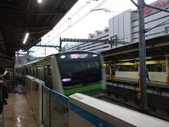 昼間は20分間隔で横浜線に直通する快速電車がやってくる。 八王子駅の横浜線ホームは階段が前の方に寄っているので、後ろの方は途中で空いちゃうんですよ、という私の提案で最後部車両に乗る。 桜木町始発なので、横浜からならほぼ座れます。
