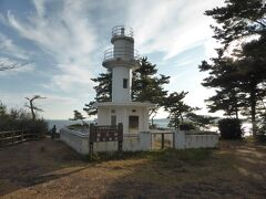 腹ごなしに(?)碁石海岸を観光します。まずは碁石岬灯台から太平洋を見晴らしました。
