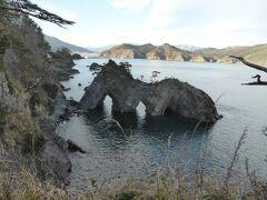 穴通磯は海水の浸食で穴があいた大きな岩が見どころです。遊覧船で岩に接近できるそうですが時間の関係で断念してドライブを続けます。