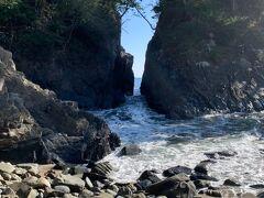 同じく南三陸町の景勝地「神割崎」です。その昔、浜に打ち上げられた大くじらを巡って隣り合う村にいさかいが起こり、神様が巨岩もろとも真っ二つに割って仲裁したとか。岩の間から荒波が押し寄せる様子は迫力満点でした。