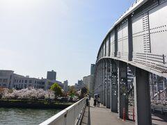 まずは銀橋を渡ります。  正式な名称は桜宮橋ですが、橋の色から通称の銀橋と呼ばれることの方が多いようです。 橋の左奥に見える建物が造幣局です。