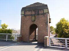 銀橋にあるレンガ造りの階段室を降りて、毛馬桜之宮公園に下りてみましょう。