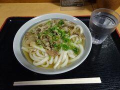 高松駅前のお店で讃岐うどん(肉うどん小、430円)
