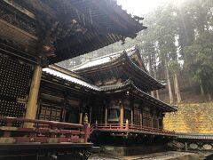 拝殿の奥の相の間と本殿の外観を撮影しました。 拝殿と本殿を部屋で繋ぐ様式を権現造と呼ぶそうですが、漆と金箔をふんだんに使った豪華な建物です。 大猷院は本殿と相の間、拝殿が国宝で、境内の他の堂舎は国の重要文化財に指定されています。