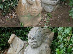 吉備姫王墓の中には猿石と呼ばれる石像がある。 中には入れないので柵越しに見られるだけだけど。 これらは江戸時代に近くの水田から発見されたもの。 由来等は不明だけど渡来人を象ったものでは?と言われているらしい。 これでガイドツアーで見学する場所は終了。 歩いて出発地点の飛鳥駅まで戻る。