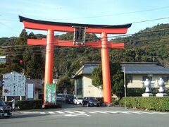 行く予定ではなかったけれど、駅を出たら目の前に大きな鳥居(一の鳥居)が見えたので、701年に造営された松尾大社にちょっとだけ寄り道。