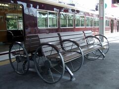 松尾大社駅まで戻り、1駅電車に乗車、終点の嵐山駅で下車。 この駅のベンチは車輪付き!  人力車ベンチです。 本物の人力車には乗れないので(予算的に?)、これで走ってくれーーー^^