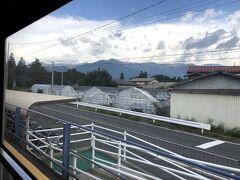 おはようございます。 2日目 少し早起きして松本駅から松本電鉄上高地線に乗りました。 目指すはあの山の向こうです。