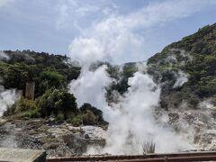 レンタカー借りて霧島温泉に向かいます 途中から箱根の大涌谷みたいな光景が!
