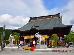 次に向かったのは2月末の祈願祭でお邪魔した長福寿寺。 金運アップの『吉ゾウくん』の像は、本堂の前にあるようです。 正面の本堂に神社の狛犬のように象の石像が2体見え、向かって右側にあるのが『吉ゾウくん』