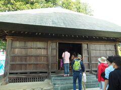 阿弥陀堂を参拝。木造、単層、寄棟造りで、かつては茅葺でしたが、昭和36年と解体修理の際に銅板葺にかえられました。その建築様式から室町時代のものと推定されています。