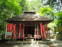 薬師堂を参拝。木造・寄棟作りで桃山時代の建物と推定されています。小さいですが茅葺で趣きがあります。
