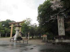 3月28日日曜日 橿原神宮に到着。小雨です。駐車場ゲートから入る。駐車場は800台分、利用料は500円。駐車場はポツポツとあるようですが、第一鳥居に近くて広い所に停めた。けっこうガラガラでした。