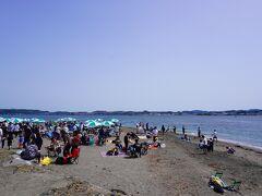 戻ってきました。 砂浜ではBBQをしてる人が大勢。 いいにおい~。 必要な機材はレンタルできます。