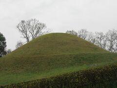 この墳丘は再現されたものです。きれいな形をしています。