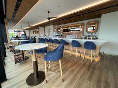 横浜・みなとみらい『InterContinental Yokohama Pier 8』2F 【Larboard】  『インターコンチネンタル横浜Pier 8』のレストラン&バー 【ラーボード】のシーティングエリアの写真。  カウンター席。