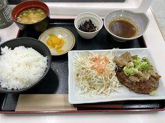 この日の宿泊も素泊まりだったので、時間ちょっと早めでしたがチェックインする前に嬉野PAで夕食。  松阪牛入りのハンバーグです(*^_^*)。 美味しかったです。