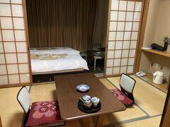 2泊目の宿泊先は三重県の鳥羽です。  ここを選んだ理由は、駅メモのイベントです。 鳥羽温泉ミッションです。  鳥羽温泉ミッションは、鳥羽駅にチェックインすると半分クリアできます。   さて、お部屋は、和室だと思ったら、なんちゃって和洋室でベッドでした!  とても古い感じの旅館で、スマホ充電用のコンセントなんて余分にはないし、電気のスイッチさえ微妙な感じで壁紙も一部剥がれ書けていましたが、掃除はきちんとされているようでした。