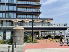横浜・みなとみらい『InterContinental Yokohama Pier 8』  2019年10月31日に開業した『インターコンチネンタル横浜Pier 8』の 外観の写真。  宿泊した際に載せました。  複合施設『横浜ハンマーヘッド』の1~5階&RF部分になります。 客室は3~5階に計173室あります。  パラソルが4つ開いているところは『インターコンチネンタル横浜Pier 8』 のレストランになります。