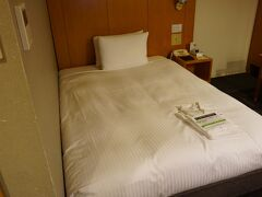 ゆいレールで県庁前駅降りて徒歩数分、数か月ぶりのロコアナハです。 今回はシングルのお部屋です。 11月にロコアナハに宿泊した時、ダブルの部屋だったのに狭い…?シングルに間違えられた?と思っていたんですが、間違えられていなかったのが分かりました。  11月の時の部屋はコレ↓ https://cdn.4travel.jp/img/tcs/t/pict/src/68/09/30/src_68093080.jpg?1605938361