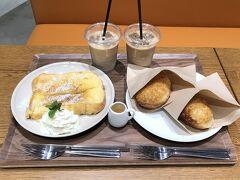 横浜・みなとみらい 複合施設『横浜ハンマーヘッド』2F 【ELOISE's cafe】  フレントトーストカフェ【エロイーズカフェ】横浜ハンマーヘッド店で いただいたものの写真。  軽井沢で大人気の【エロイーズカフェ】も毎回訪れるお気に入りの お店です。  いつも同じものばかり食べています。  ◆ クラッシックフレンチトースト 880円 しっとり中までアパレイユ。おいしー♪一気に食べちゃった。  ◆ 三笠ホテルカレーパン 350円×3 焼きたてだともっと激うま。でもこれもまあ温かかったのでおいしい。 カリカリしっとり揚げパン生地。中のカレーが極上☆☆☆ 三笠ホテルのカレーライスと悩み、あとでもう1個カレーパンを追加w  ◆ アイスラテ 550円×2  税込み価格です。