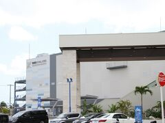 豊見城市豊崎の美らSUNビーチの近くに2020年5月に開業した、「DMMかりゆし水族館」に到着。 この施設には大型複合商業施設「イーアス沖縄豊崎」が隣接しています。