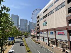 横浜・みなとみらい『横浜ワールドポーターズ』の写真。  1階のハワイアンタウンにある【レナーズ】のマラサダを いただこうと思ったら、結構お客さんがいたのでやめました。  2階のペストリアンデッキとロープウェイ「ヨコハマ・エア・ キャビン」ののりばがつながっています。