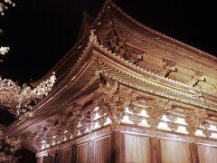 金堂と並んで建つ講堂 こちらでは大日如来を中心とした迫力ある立体曼荼羅と対面できます。ここでは誰もが無口になり、ただただ神聖な世界に圧倒されているように見えました。  ※東寺HP https://toji.or.jp/ten/ https://toji.or.jp/mandala/