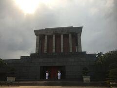 そしてこちらがホーチミン廟! 入口に立っているのは衛兵さんです。