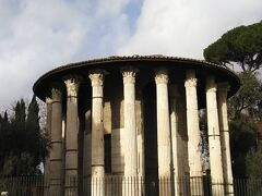 真実の口の前にはヘラクレスの神殿という円柱形の古代ローマの遺跡もありますのであわせて観光してもよいかもしれません。  柱が多くのこっていてとても状態がよい遺跡です。