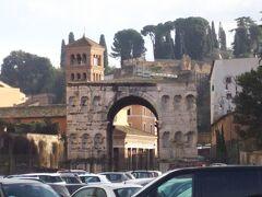 ヘラクレスの神殿近くからはジアノ凱旋門がみえます。  すぐ裏手はパラティーノの丘というところです。