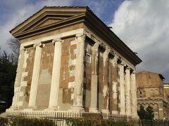 こちらはポルトゥヌスの神殿。ヘラクレスの神殿の隣にあります。  こちらも比較的状態のよい遺跡です。  柵の外から外観を見るだけで入ることはできません。