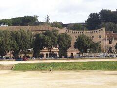 つづいて、チルコマッシモを横目にみながらカラカラ浴場にむかいます。  チルコマッシモの向こう側はパラティーノの丘です。
