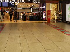 フィウミチーノ空港に到着しました。  免税店ももちろんあります。