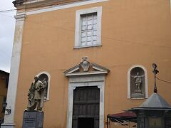 コルソイタリアという道を進みます。  オレンジ色のサンタマリアデルカルミネ教会という小さな教会がみえてきます。