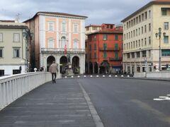 さらに進むと川があり橋があるので渡ります。  渡ると小さめの広場がありますが、こちらがガリバルディ広場です。