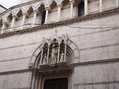 サン・ミケーレ・イン・ボルゴ教会という大理石のきれいな教会がみえてきます。  デザインも少しピサの斜塔っぽい?!ような気もする・・・