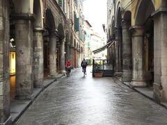 この通りはストレット通りといいます。  お土産屋さんなども並んでますが朝早かったのでまだあいてません。