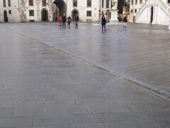まもなくピサの斜塔という頃、もう一つ大きな広場があります。こちらがカヴァリエーリ広場です。  目の前にあるのが時計宮。この時計の下が通路になっています。