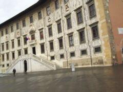 この左右対称な建物がカロヴァーナ宮。