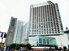 国際橋交差点近くに、横浜ベイホテル東急。 並んで奥がクイーンズ、一番左側がランドマークタワー。
